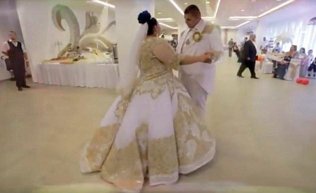 Cặp đôi khiêu vũ trong điệu nhạc Valse. (Ảnh: Dailymail)