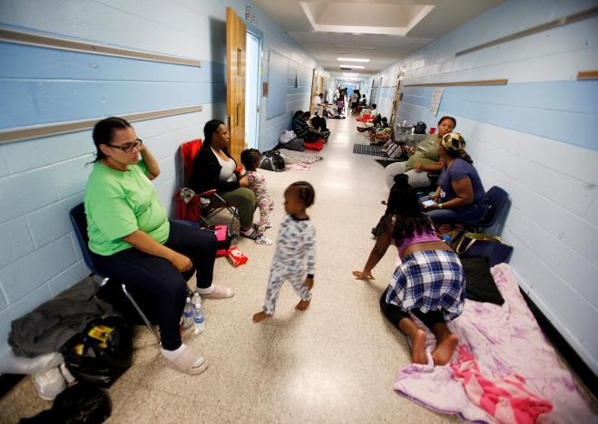 Người dân tiểu bang nam Carolina được sơ tán vào các trường học để tránh bão. (Ảnh: Reuters)