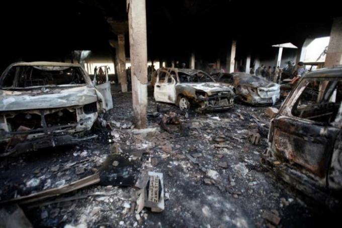 """""""Nơi đây đã trở thành một hồ máu với các mảnh thi thể vương vãi khắp nơi"""", Murad Tawfiq, một nhân viên cứu hộ chia sẻ với Reuters."""