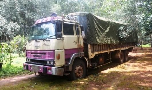 Xe tải không biển số chở gỗ lậu bị Đồn BP Ia Chia bắt giữ.