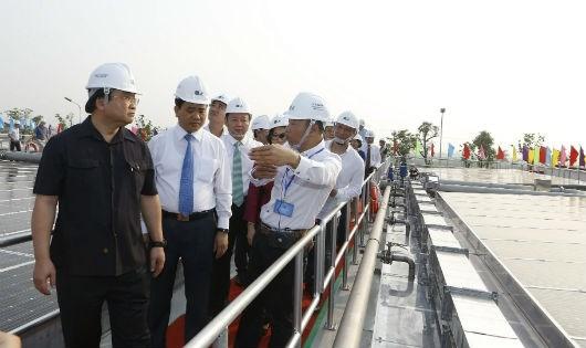 Đại diện nhà máy giới thiệu về hệ thống pin mặt trời.