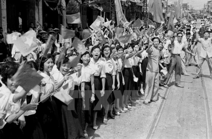 Nhân dân Thủ đô vui mừng đón bộ đội Giải phóng ngày 10/10/1954. (Ảnh: TTXVN).