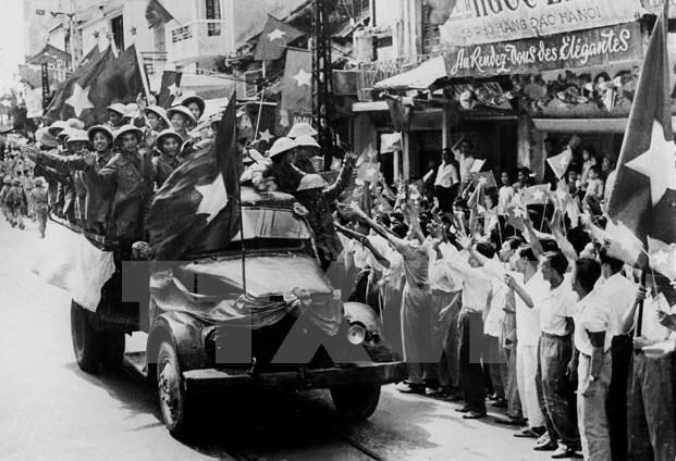 Bộ đội ta từ các cửa ô tiến về giải phóng Thủ đô. (Ảnh: Tư liệu TTXVN).