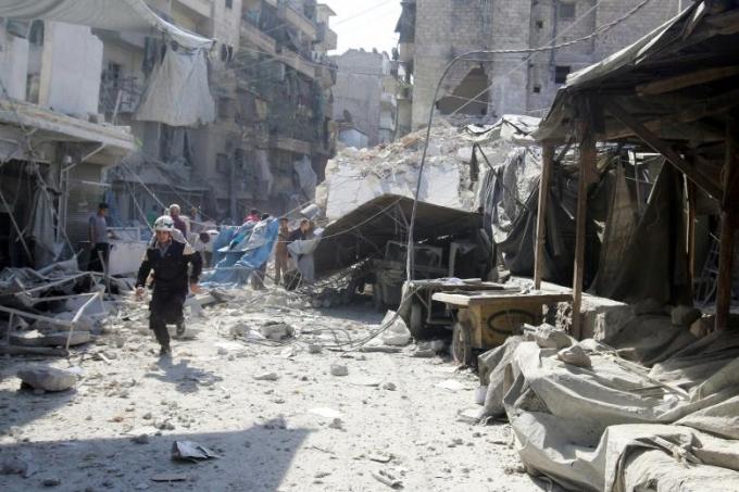 Hiện trường cuộc không kích hôm 12/10 vào một khu chợ tập trung nhiều dân thường sinh sống ở Aleppo. (Ảnh: Reuters)