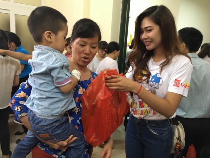 Hoa khôi sinh viên Hà Nội tham gia tặng quà cho các bệnh nhi.