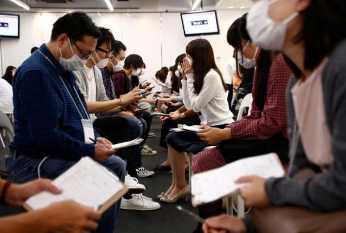 Một buổi hẹn hò bịt mặt ở Nhật. (Ảnh: Reuters)