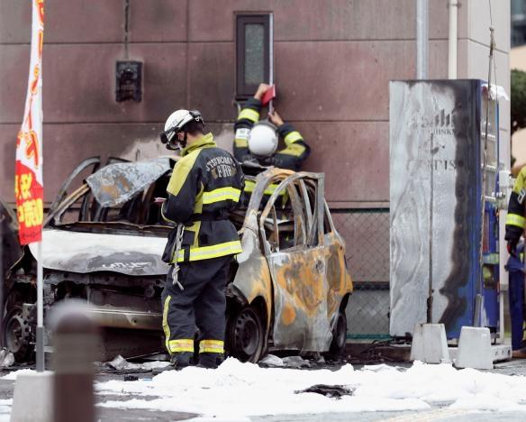 Theo các hình ảnh từ hiện trường hai chiếc xe và ghế ở công viên đã bị cháy đen do sức tàn phá của các vụ nổ. Một thi thể của nạn nhân được tìm thấy ở khu vực gửi xe đã bị chết cháy và biến dạng. Trong khi đó những người bị thương đã được đưa đi cấp cứu. (Ảnh: Reuters)