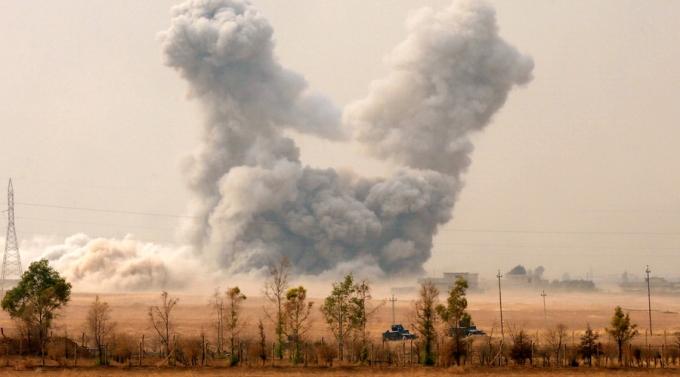 Khói bốc lên mù mịt sau một cuộc không kích của Mỹ vào khu vực dân sự ở Mosul. (Ảnh: Reuters)