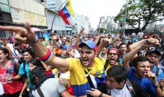 Suy giảm nguồn thu từ dầu buộc Venezuela phải dừng những chương trình xã hội, làm xói mòn sự ủng hộ từ cử tri.