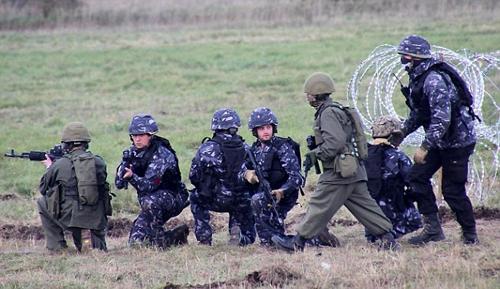 Những người đóng vai lính Nga trong cuộc tập trận. (Ảnh:Livejournal)
