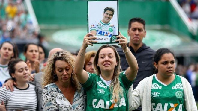 Người hâm mộ đau lòng trước sự ra đi của CLB bóng đá Brazil. (Ảnh:Getty)