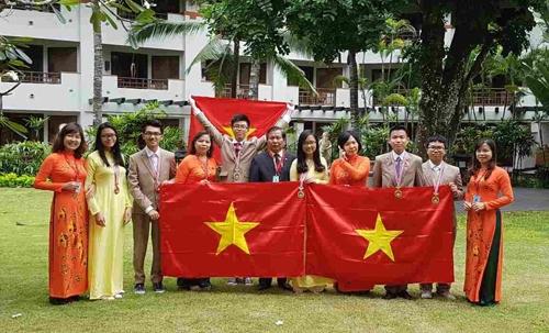 Đoàn học sinh Việt Nam tham dự kỳ thi Olympic các môn khoa học trẻ quốc tế 2016 đoạt 2 giải vàng, 2 huy chương bạc và 2 huy chương đồng. (Ảnh:Hanoiedu)