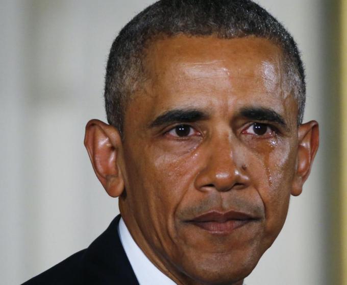Ngày 5/1/2016, Tổng thống Obama đã rơi lệ khi kêu gọi thực hiện các biện pháp an toàn súng đạn mới nhằm bảo vệ trẻ em.Xuất hiện trước ống kính, vị tổng thống da màu liên tục đưa tay lau nước mắt khi đề cập đến vụ thảm sát tại trường tiểu học Sandy Hook vào năm 2012.