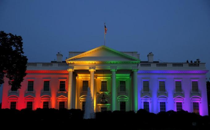 """Ngày 27/6/2015, Tòa án Tối cao Mỹ ra phán quyết cho phép các cặp đồng giới trên toàn bộ 50 bang kết hôn theo quy định trong hiến pháp nước này, đánh dấu chiến thắng lịch sử với cộng đồng LGBT trên toàn thế giới. """"Đây là một thắng lợi cho nước Mỹ"""