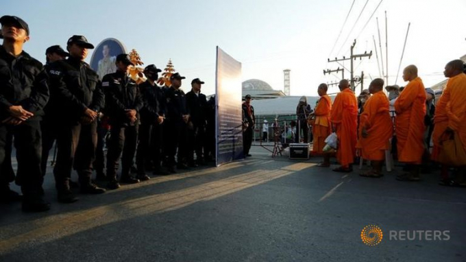 Cảnh sát bao vây chùaWat Dhammakaya. (Ảnh:Reuters)