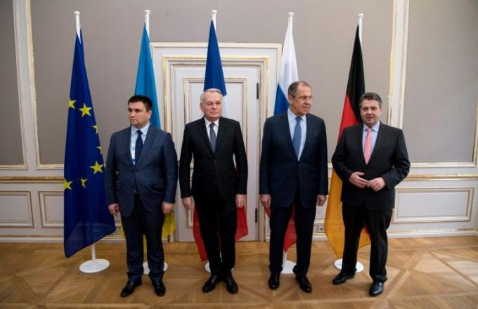 Từ trái sang, ngoại trưởng các nước Ukraine, Pháp, Nga và Đức chụp ảnh chung tại Hội nghị An ninh Munich lần thứ 53. (Ảnh: AFP)