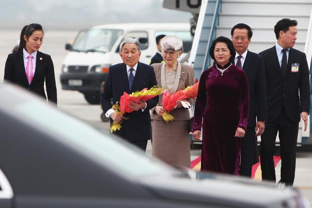 Nhà vua và Hoàng hậu Nhật lên xe đón tại sân bay để về trung tâm Hà Nội.