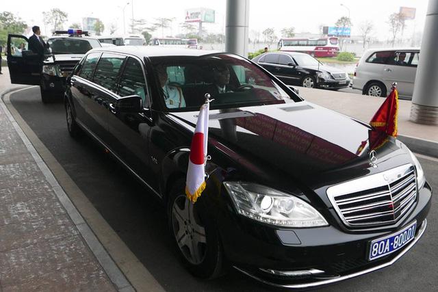 Xe chở Nhà vua và Hoàng hậu được tại sảnh nhà khách VIP của sân bay Nội Bài, chuẩn bị về trung tâm Hà Nội.