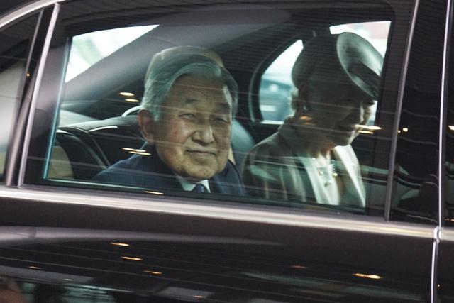 Nhà vua và Hoàng hậu trên xe từ Nội Bài về trung tâm Hà Nội. Nhà vua tươi cười chào các phóng viên Việt Nam.