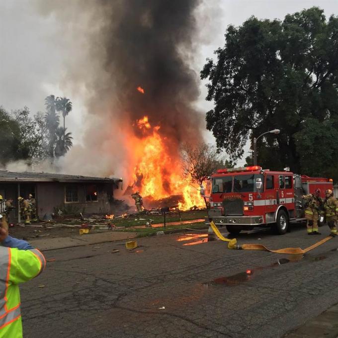 RT dẫn thông báo của Cục Hàng không Liên bang Mỹ (FAA) cho biết chiếc máy bay đã bị rơi ngay sau khi cất cánh từ sân bay Riverside Municipal ở gần đó.Vào thời điểm gặp nạn, chiếc máy bay cỡ nhỏ chở 6 người bao gồm phi công, hai vợ chồng hành khách và 3 đứa con của họ đang trên đường từ Disney Land trở về San Jose, bang California. (Ảnh: Chloe Hirohata)
