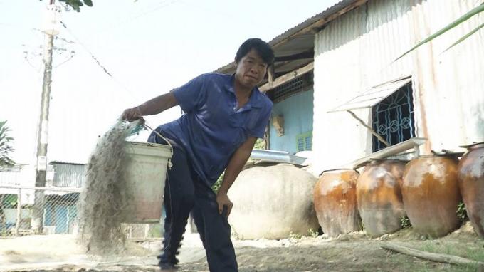 Anh Sơn bị dị tật bẩm sinh khiến việc đi lại khó khăn không thể làm việc nặng nhọc.