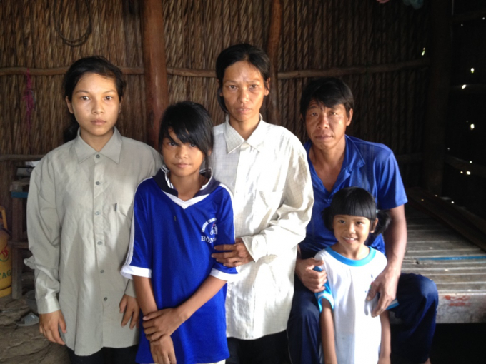 Cả gia đình anh Sơn sống trong một căn nhà vách lá không có lấy một thứ gì đáng giá.