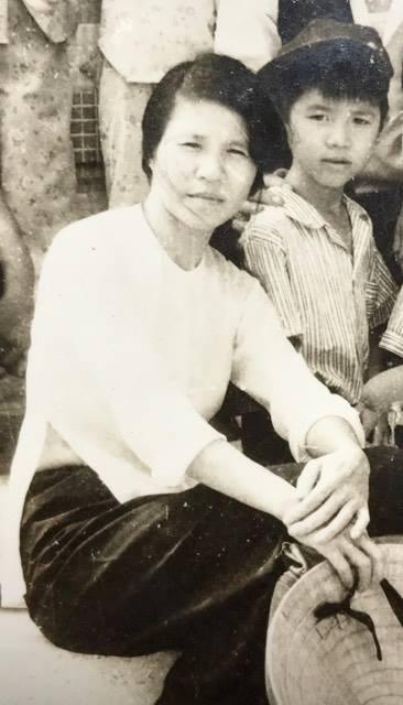"""MC Vũ Mạnh Cường lần đầu lộ diện hình ảnh của mình khi còn bé chụp ảnh cùng với mẹ. Anh còn chia sẻ kỷ niệm đáng nhớ với mẹ của mình: """"Người phụ nữ này không biết đến ngày 8 tháng 3 là gì đâu... Đã có lần bị nàng chửi té tát vì dám"""