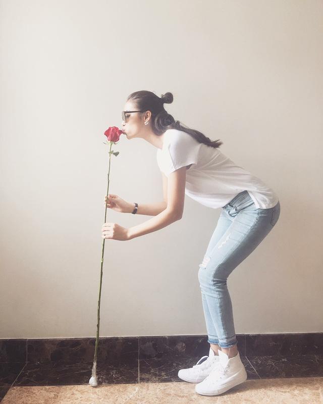 """Hoa hậu Phạm Hương chia sẻ ảnh vui của mình bên cạnh hoa hồng khổng lồ. """"Cũng coi như hạnh phúc khi phải làm việc từ sáng sớm... Cám ơn món quà sớm nay của anh Phan Minh Lộc nhé"""", cô viết."""