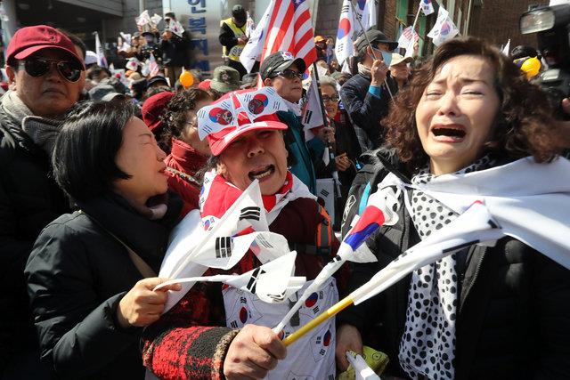 Những người ủng hộ bà Park khóc vì quyết định của tòa. (Ảnh: AFP)