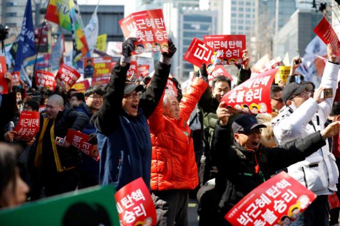 Sự vui mừng của những người muốn bà Park rời cương vị tổng thống. (Ảnh: Reuters)