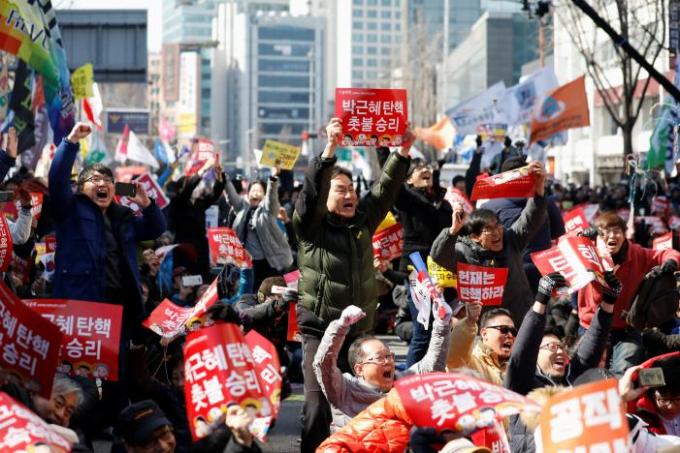 Theo quy định của hiến pháp Hàn Quốc, sau khi bà Park bị phế truất, nước này sẽ phải tổ chức một cuộc bầu cử để chọn tổng thống mới trong vòng 60 ngày.Trong thời gian chờ đợi Thủ tướng Hwang Kyo Ahn sẽ tiếp tục giữ quyền tổng thống. (Ảnh: Reuters)