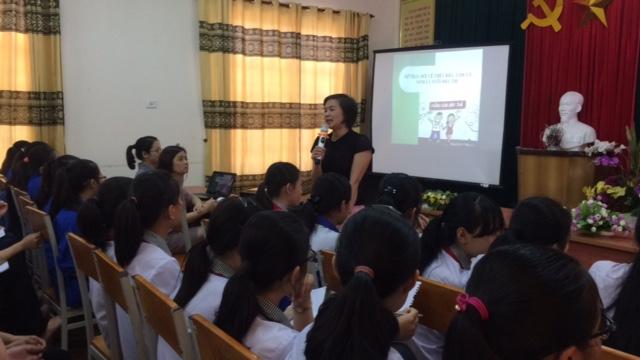 Chuyên gia trao đổi những kiến thức cơ bản về giai đoạn vị thành niên cho các em học sinh.