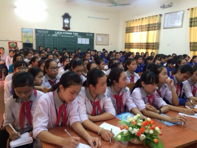 Các em học sinh chăm chú lắng nghe.