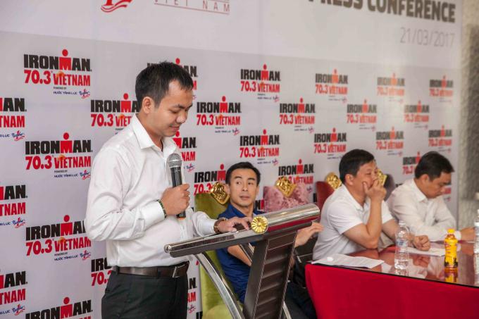 Nguyễn Văn Tùng, đại diện nhãn hàng Nước tăng lực Number 1 tại buổi họp báo giới thiệu Ironman 70.3 năm 2017.