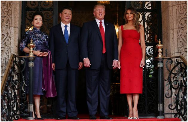 Vào sáng ngày 6/4 (theo giờ địa phương), Tổng thống Donald Trump và Đệ nhất phu nhân Melania Trump đã đón tiếp trọng thể Chủ tịch Tập Cận Bình và phu nhân Bành Lệ Viện tại khu nghỉ dưỡng Mar-a-Lago ở Palm Beach, bang Florida nhân chuyến thăm của nhà lãnh đạo Trung Quốc tới Mỹ. (Ảnh: Reuters)