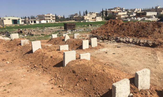 Những ngôi mộ vẫn còn mới từ hôm trước, đất đá bị đảo lộn.
