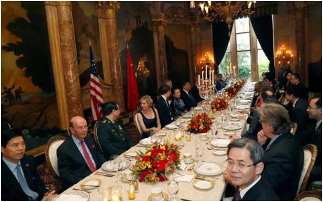 Buổi tối cùng ngày, hai nhà lãnh đạo cùng hai phu nhân và một số quan chức cấp cao đã cùng nhau ăn tối tại khu nghỉ dưỡng trong bầu không khí thân mật và ấm cúng. (Ảnh: AFP)