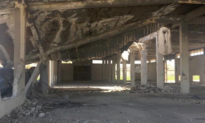 Kho hàng cạnh nơi tên lửa rơi xuống, giờ là nơi bám đầy bụi bị bỏ hoang.