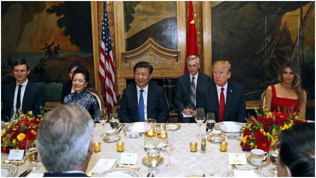 Tổng thống Donald Trump ngồi cạnh Chủ tịch Tập Cận Bình ở một bên của bàn ăn dài. Ngồi kế bên hai nhà lãnh đạo là hai phu nhân. (Ảnh: AP)