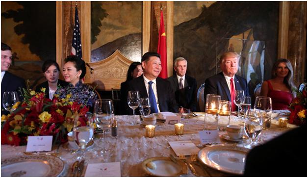 Không gian trong phòng ăn được bài trí ấm áp với nhiều nến và hoa tươi cùng gam màu chủ đạo là đỏ và vàng. Bàn ăn được chạm trổ sang trọng và phủ khăn trắng. Các đồ dùng trong bữa tiệc tối như chén đĩa hay khăn ăn cũng được bài trí rất đẹp mắt. (Ảnh: Reuters)