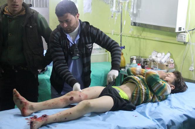 Một đứa trẻ bị gãy dập đôi chân khi cố gắng chạy tới nơi trú ẩn an toàn.