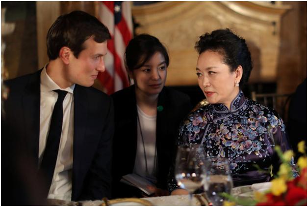 Bà Bành Lệ Viện trò chuyện cùng Jared Kushner, con rể của Tổng thống Trump và cũng là cố vấn cấp cao của Nhà Trắng. (Ảnh: Reuters)