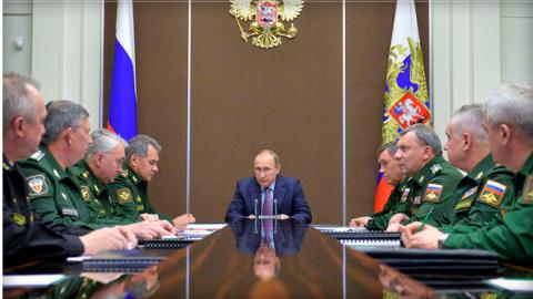 Tổng thống Putin trong một cuộc họp với các quan chức an ninh- quốc phòng.