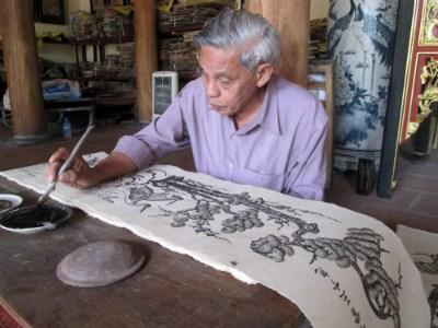 Mặc dù đã cao tuổi nhưng những nét vẽ của ông Chế trông vẫn rất sắc nét.