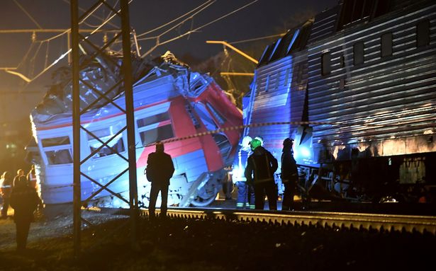 """Ông Ilya Denisov, người đứng đầu Bộ Tình trạng khẩn cấp Moscow xác nhận: """"Để ngăn đoàn tàu đâm vào một người trên đường ray, người lái tàu đã dùng phanh khẩn cấp, hệ thống phanh sau đó đã bị trục trặc"""". (Ảnh: East2west news)"""