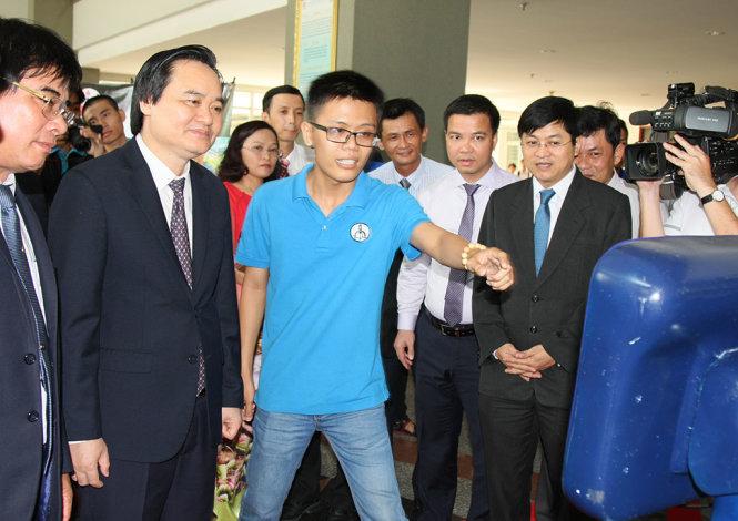 Bộ trưởng Bộ GD-ĐT Phùng Xuân Nhạ đến làm việc tạitrường ĐH Sư phạm Kỹ thuật TP HCM. (Ảnh: Tuổi trẻ)