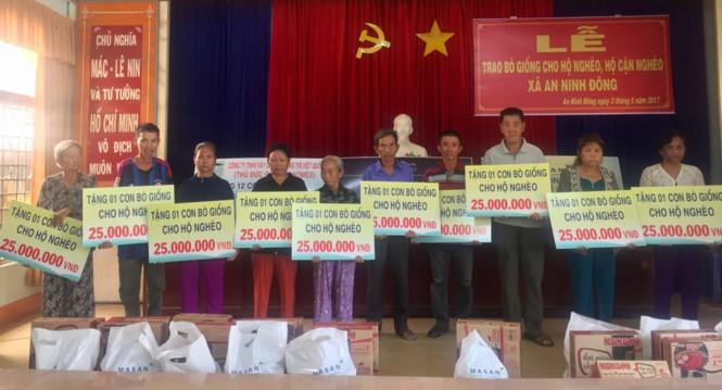 Các hộ gia đình tại xã An Ninh Đông nhận hỗ trợ nguồn vốn mua bò giống.