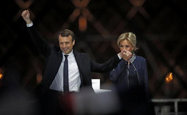 Bà Trogneux chúc mừng chồng sau kết quả cuộc bầu cử.