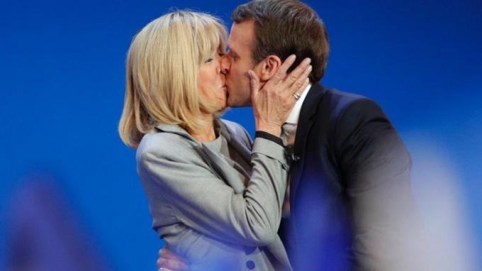 Tân Tổng thống Pháp 39 tuổi hạnh phúc bên người vợ 63 tuổi.