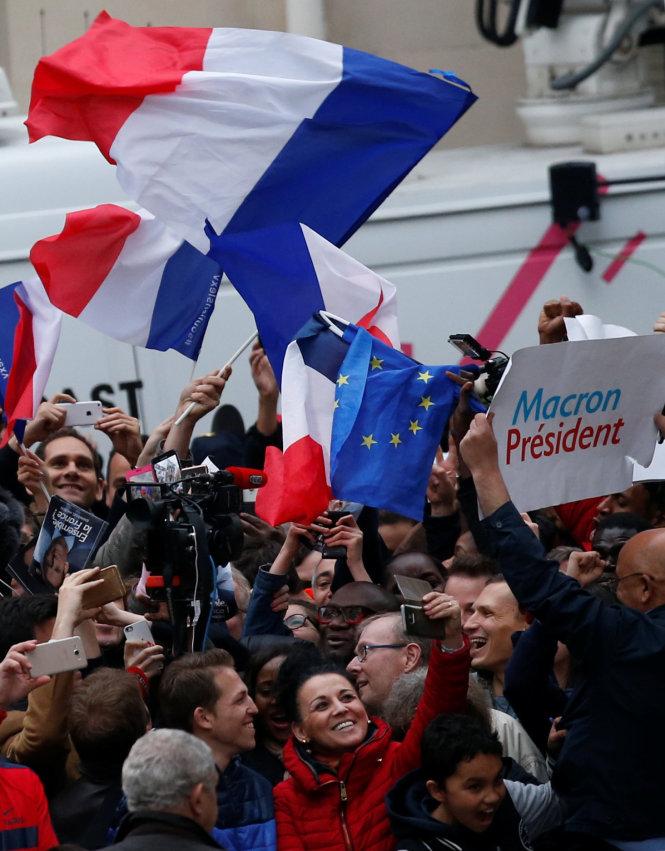 Những người ủng hộ ông Macron ăn mừng chiến thắng. (Ảnh: Reuters)